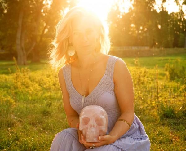 Sarah Gress mit Kristallschädel